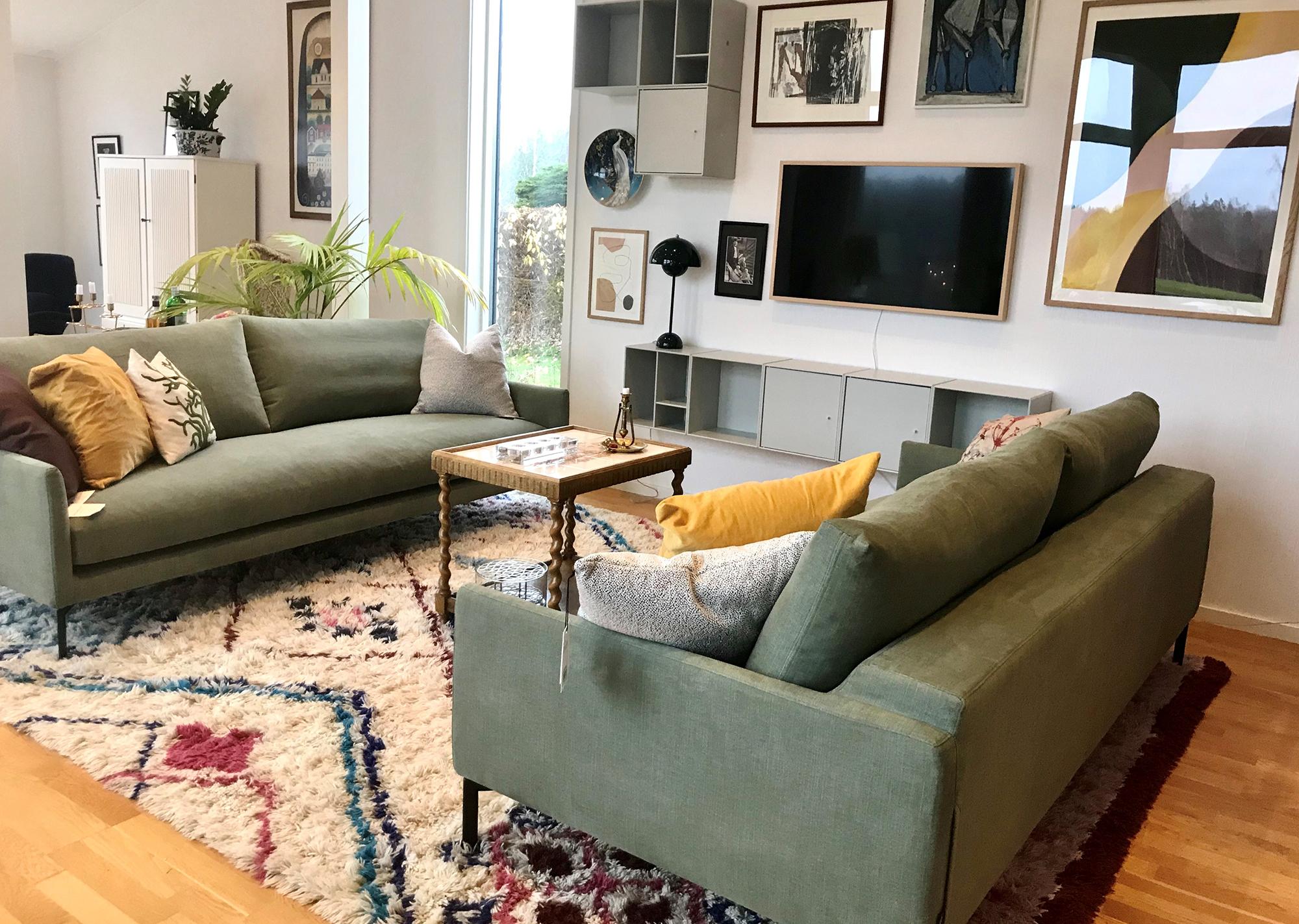 Vardagsrum med gröna soffor