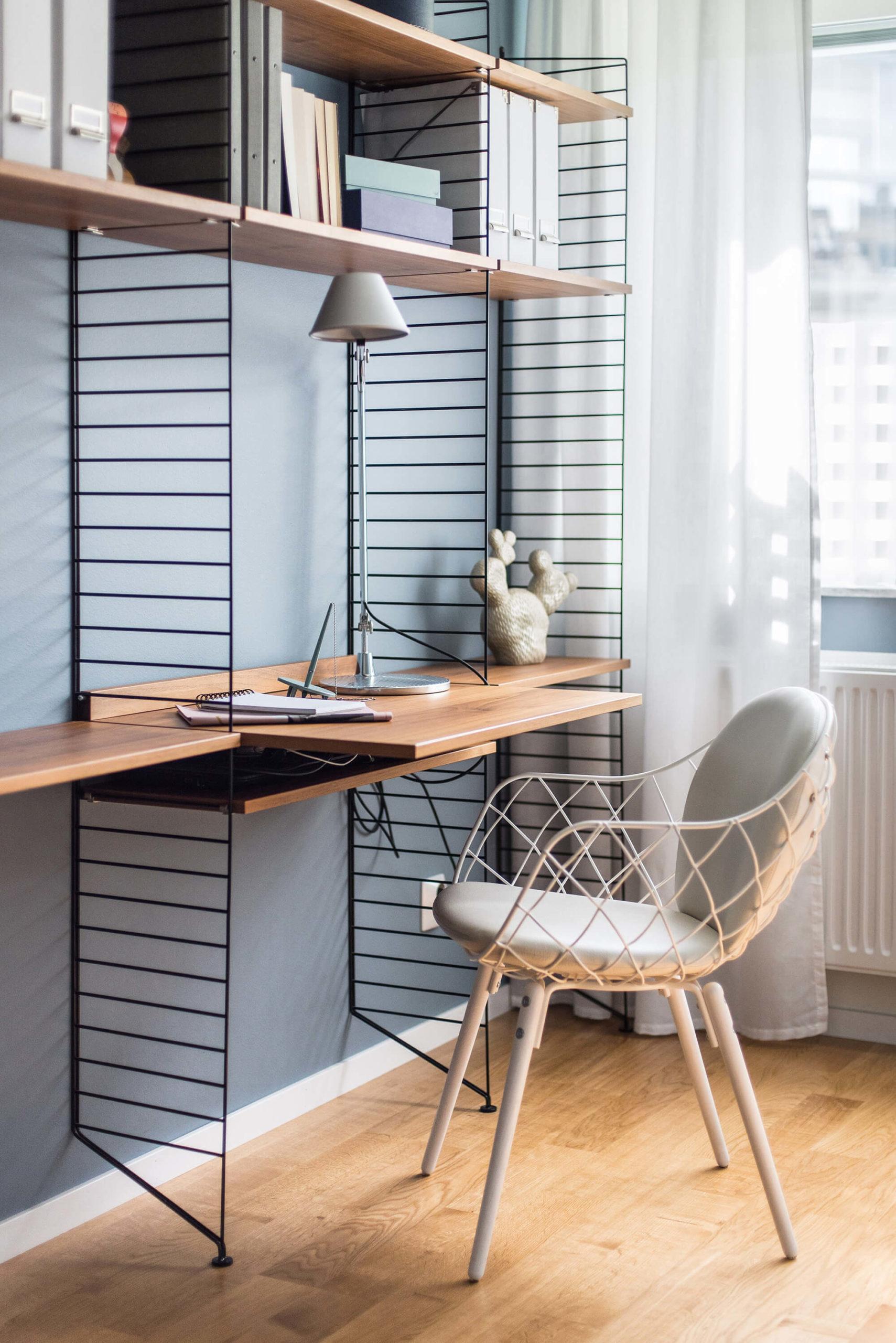 Stringhylla med skrivbord i trä och svart